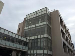 附属高校の演劇部が活動する建物。最上階に大道具が置いてあるのが見える。