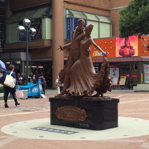 最近落成したブロンズ像。阪急側の駅を宝塚方面に出るとお出迎えしてくれる。
