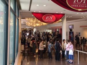 開場前の館内。多くの人が食事をしたり、お土産を買ったり。とにかく活気がある。