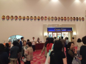 ずらっと並ぶキャストの写真。日本人は作品よりも役者で芝居を観るのだと改めて感じる。