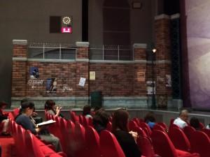 下手側の緞帳前。物語の舞台はブロードウェイ。