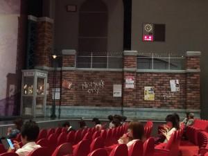 上手側。芝居の中でも使われる電話ボックスがそれとなく置かれている。