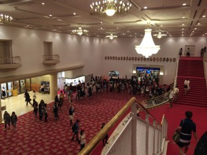 大劇場のロビーの様子。これは開場直後ではなく、中休憩の時の様子。