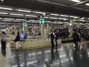 阪急の梅田駅。緑が京都本線、オレンジが宝塚本線、青が神戸本線。とにかく迫力のあるターミナル。