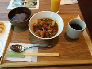 朝食のメインメニューの『ミニチキンカレーどんぶり』。カレーと味噌汁・・・