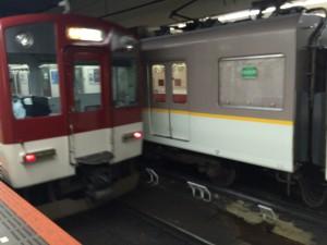 実は両方とも近鉄の車両だった(・ω・) エンジ色が5800系、白灰に黄色のラインが9020系。
