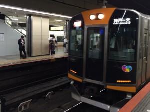 阪神の快速急行 神戸三宮行き。1000系の車両は近鉄への乗り入れ用の車両らしい。