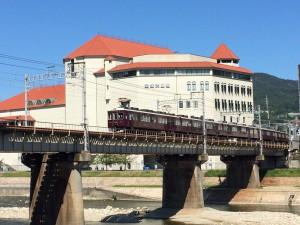 大劇場を背景に今津(北)線。鉄道会社が経営する劇団に最も相応しい風景かなと思います。