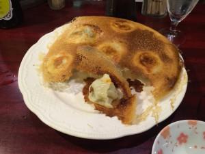 「焼き餃子」を1個ひっくり返してみると小ぶりな餃子が姿を見せます。
