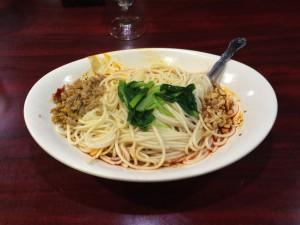 「汁なし担々麺」の辛さ普通。麺の下にタレがあるのでよくかき混ぜます。