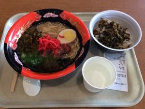 『那の福』という豚骨ラーメンと高菜ご飯。この数時間で唯一、座れた休憩時間(~o~)