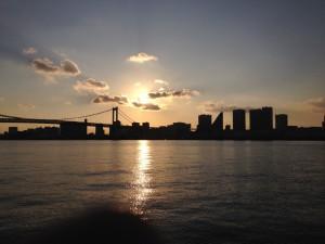水上バスから撮ったレインボーブリッジ越しの夕日。