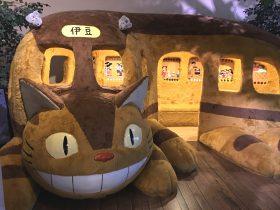 巨大なネコバス。実際に中に入って、モコモコのベンチに座ることもできます。