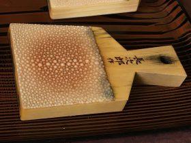 鮫皮のワサビ用のおろし器。金属製よりも滑らかに摺りおろせます。