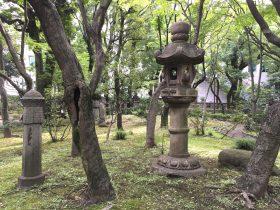 かなり大きな石灯籠。往事の庭園の広さを感じさせます。