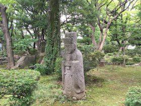 謎の石仏。庭にあるものとしては少し不気味。しかも、沢山ある(--;)