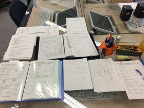書類作成中。5年前の資料ファイルを見ながら、Cueシートを書く。