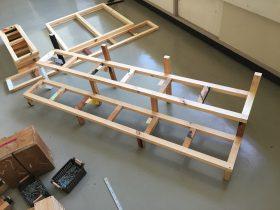 中央階段の組み途中。事前に組んだ枠に縦方向の棒を取付ながらくみ上げます。