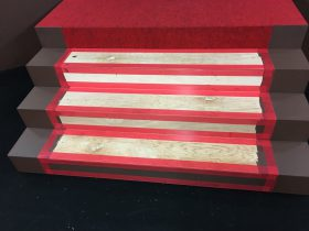 中央の大きな階段。コンパネの上に養生テープを貼ってから、両面テープを貼ります。